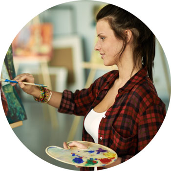 woman in art therapy